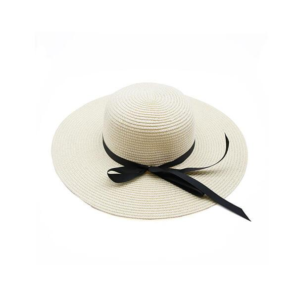 כובע קש לבן עם סרט שחור