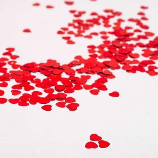 קונפטי לבבות אדומים